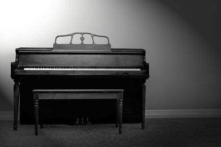 Interieur oog op piano en bank in een huis