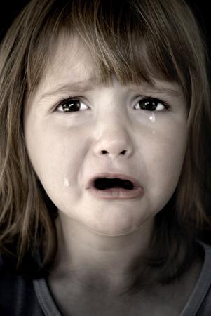 emotional pain: Retrato de la peque�a muchacha que grita con los rasgones que ruedan abajo de sus mejillas