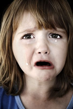 faccia disperata: Ritratto di bambina a piangere lacrime di laminazione in gi� la sua guancia