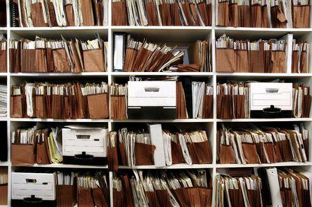 oficina desordenada: Oficina de estantes llenos de archivos y cajas