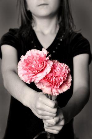 女の子の贈り物として花を渡す