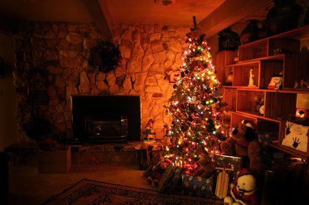 프론트 룸 크리스마스 트리 스타킹과 벽난로 크리스마스 장식