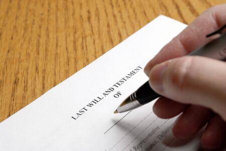 testament schreiben: Unterzeichnung einer Person wird mit einem eleganten Stift