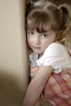 making faces: Bambina in un abito che si affaccia espressioni
