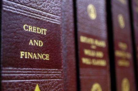 Cierre de varios volúmenes de libros de derecho de los códigos y estatutos