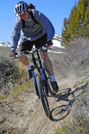 handle bars: Rutas en bicicleta de monta�a hasta un sendero en la monta�a
