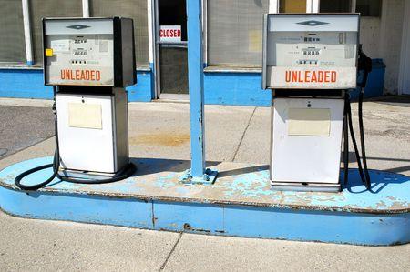 old service station: Pompe a gas senza piombo segno e chiuso nel segno di benzina finestra