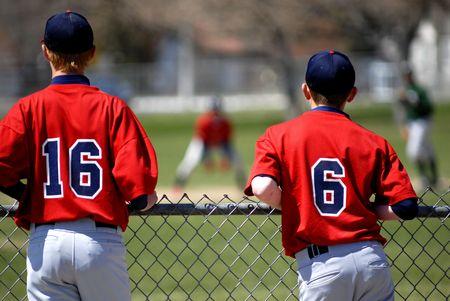 A los jugadores de béisbol viendo un juego de la margen  Foto de archivo - 3001725