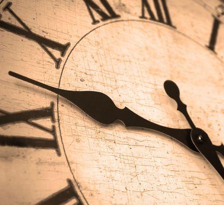 numeros romanos: Detalle de reloj cara con las manos y los n�meros que muestran el tiempo