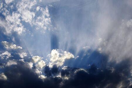 태양 광선으로 하늘에 구름