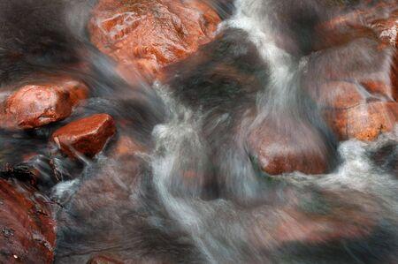 Río de agua corriendo sobre las rocas Foto de archivo - 3730052