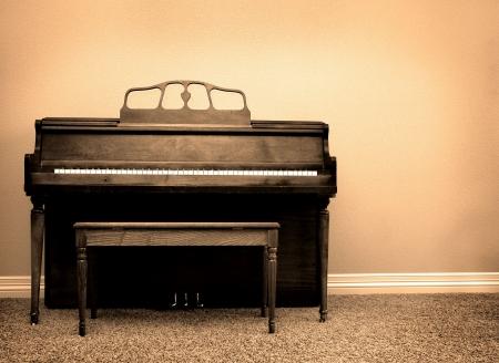 Binnen van piano en bankje in een huis