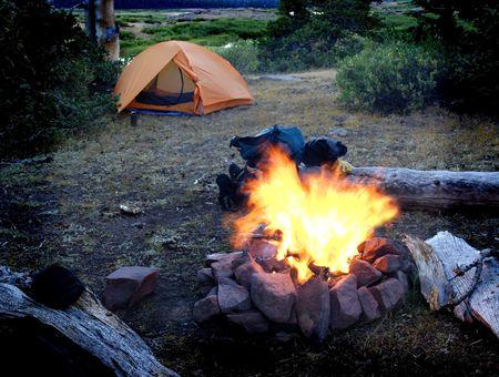 campamento: Fogata con tienda de campa�a para acampar en el fondo de escena Foto de archivo