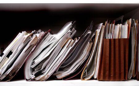 pile papier: Office des �tag�res pleines de dossiers et de bo�tes Banque d'images
