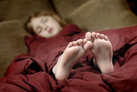 edred�n: Ni�a durmiendo con los pies metiendo de mantas