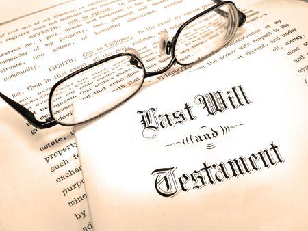 nalatenschap: Envelop met Last Will and Testament en Reading Glasses Stockfoto