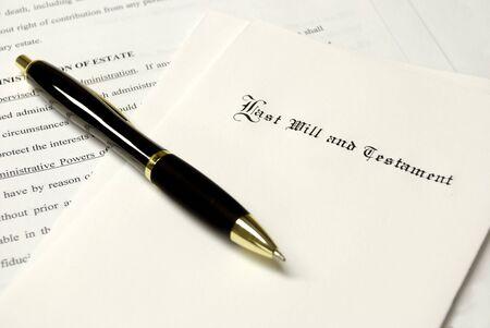 firmando: Envoltura y pluma puesta encima de un testamento para planificaci�n de patrimonio  Foto de archivo
