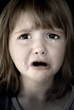 enfant qui pleure: Portrait de petite fille pleurer les larmes rouler sur ses joues Banque d'images