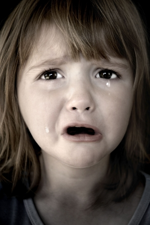 child crying: Retrato de ni�a llorando con l�grimas propagar sus mejillas