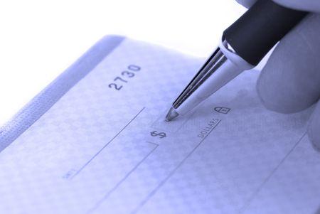 chequera: Persona escribir cheque con bol�grafo y chequera