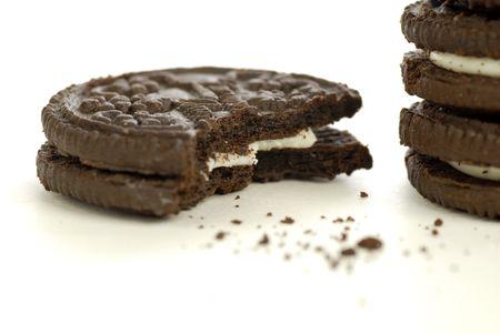 흰색 배경에 초콜릿 크림 작성 쿠키 부스러기
