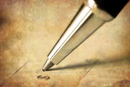 indebtedness: Penna scrivendo su antichi controlla una somma di denaro Archivio Fotografico