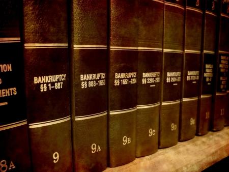 Zamknąć wielkości kilka książek prawa kodów i statut sprawie upadłościowych