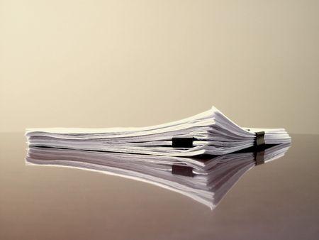 Escritorio de oficina con documentos de archivos y clips