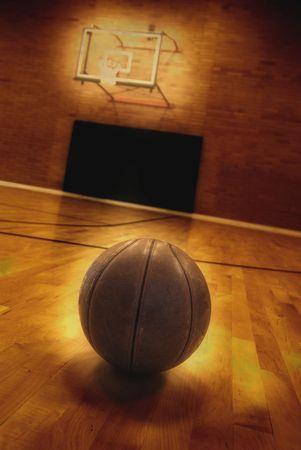cancha de basquetbol: Baloncesto en suelo de la cancha de baloncesto vac�a