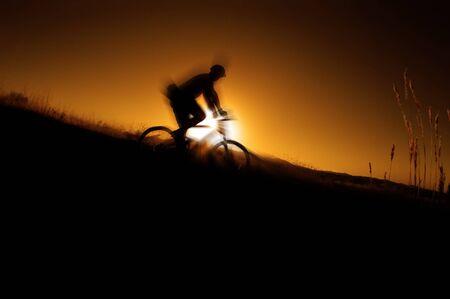 handle bars: BM hasta una pista en las monta�as con sol glowins en segundo plano Foto de archivo