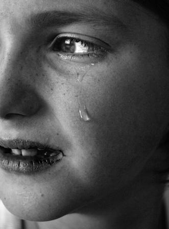 fille pleure: Portrait de petite fille pleurer les larmes rouler le long de ses joues