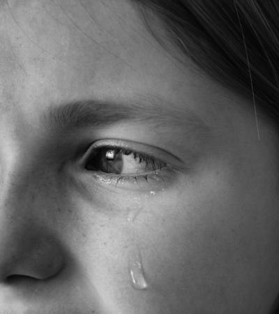 herido: Retrato de ni�a llorando con l�grimas rodando por sus mejillas