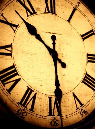 numeros romanos: Detalle de la cara del reloj con los n�meros y las manos que muestra el tiempo Foto de archivo