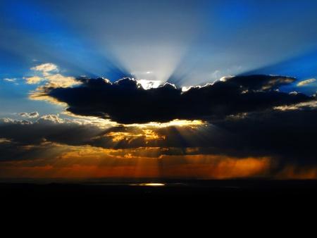 adn: Puesta de sol las nubes con los colores la luz del sol vigas de ADN Foto de archivo