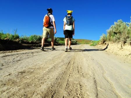 Deux jeunes filles de randonnée sur la route avec le ciel bleu Banque d'images - 11030746