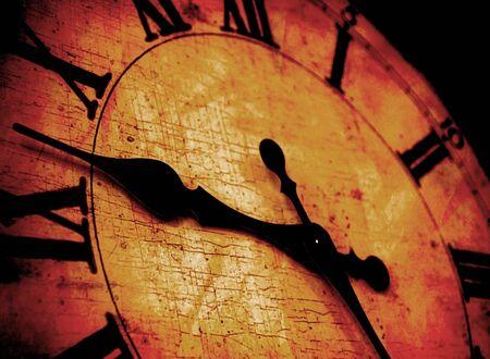 numeros romanos: Detalle de la cara del reloj con los números y las manos que muestra el tiempo Foto de archivo