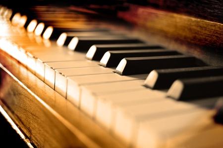 Close-up van antieke piano toetsen en houtnerf met sepia
