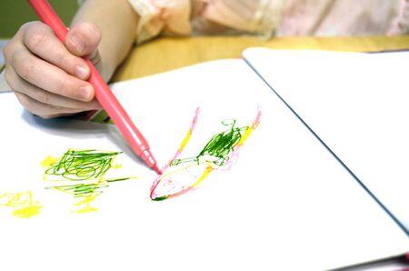 Niño Pequeño En Colring Libro Para Colorear Con Crayones Fotos ...