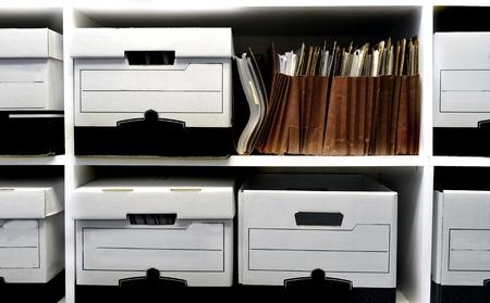 apilar: Oficina llena de estantes y cajas de archivos Foto de archivo