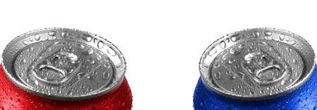 lata de refresco: Latas de soda fresca con gotas de agua y el color rojo sobre fondo blanco Foto de archivo