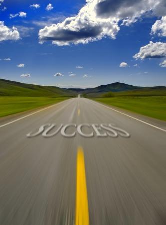 flèche double: Route vers le succès avec double ligne jaune peinte Banque d'images