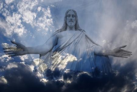 イエス ・ キリスト光線と青空に白とグレーの嵐雲の中に立っています。