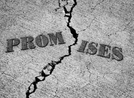 Gebroken beloften met barst in beton met woorden Stockfoto
