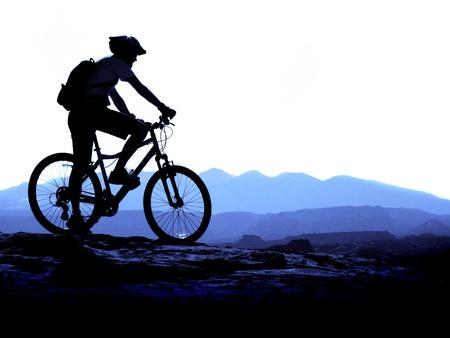 andando en bicicleta: Ciclismo de monta�a por un sendero en la monta�a
