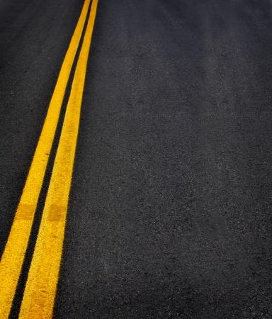 flèche double: Route avec des lignes jaunes peintes doubles Banque d'images