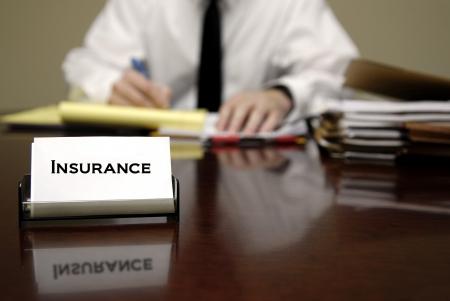 醫療保健: 男子文件和保險名片坐在辦公桌