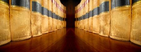 Rij van oude leer wetboeken op een plank Stockfoto