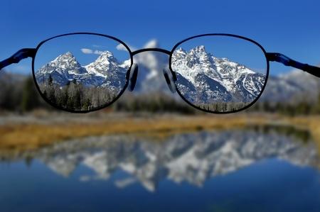 バック グラウンドで・ ティトン山脈の明確なビジョンとメガネ