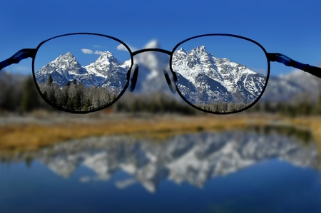 Glasses with clear vision of Teton Mountains in background Imagens - 18115721