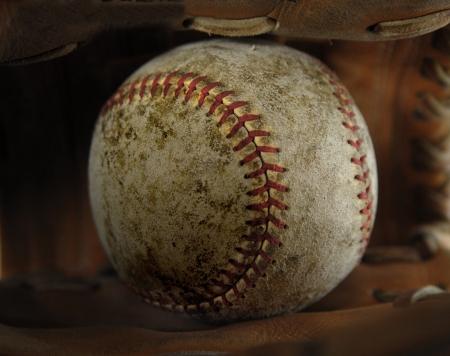 guante de beisbol: Desgastado viejo béisbol en marrón de cuero o guantes
